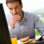 طرق بسيطة لتناول الطعام الصحي أثناء العمل المكتبي