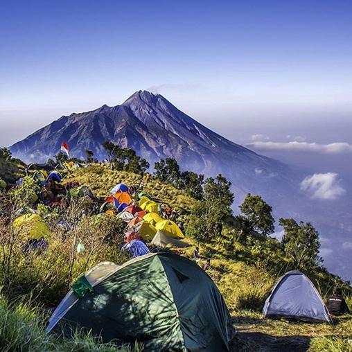 التخييم بجانب جبل غونونغ ميربابو