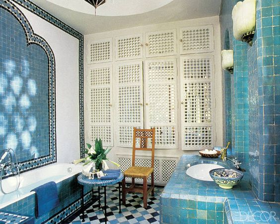 حمام باللون الأزرق و الأبيض