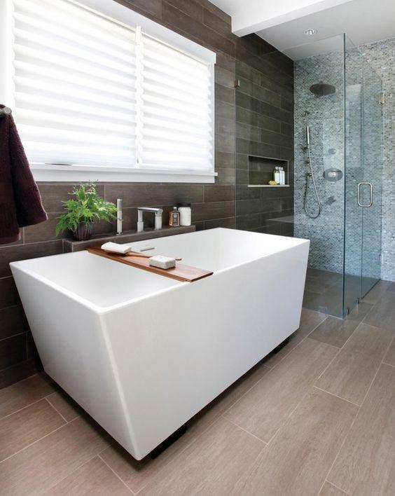 حمام باللون البني الفاتح و اللون الأبيض