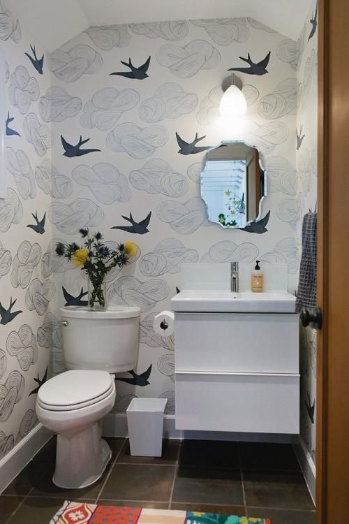 حمام صغير بجدران منقوشة