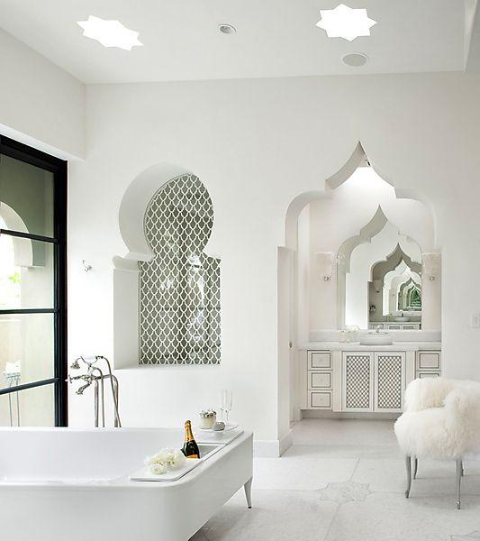 حمام مغربي باللون الأبيض