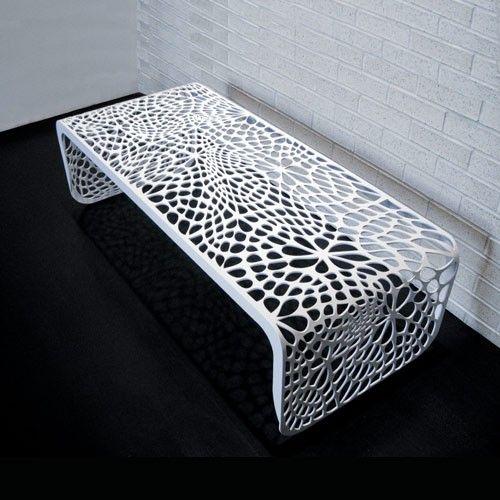 طاولة باللون الأبيض