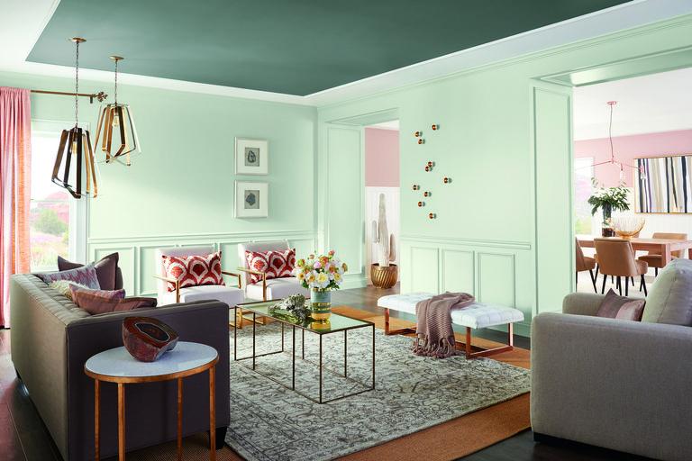 غرفة معيشة بألوان فاتحة
