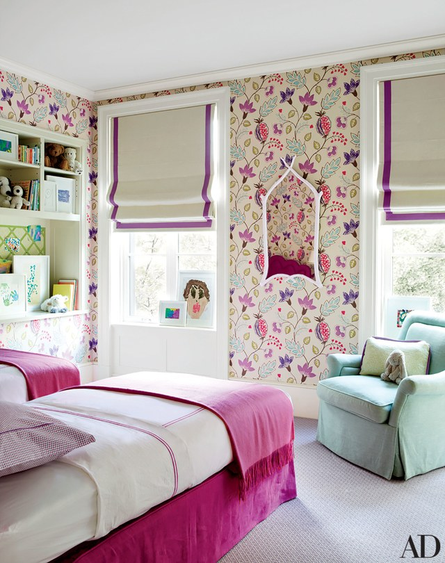 غرفة نوم بجدران منقوشة