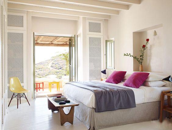 غرفة نوم بألوان فاتحة