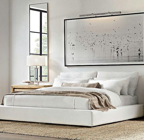 غرفة نوم باللون الأبيض