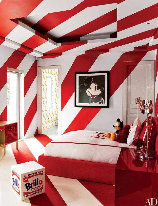 غرفة نوم باللون الأحمر