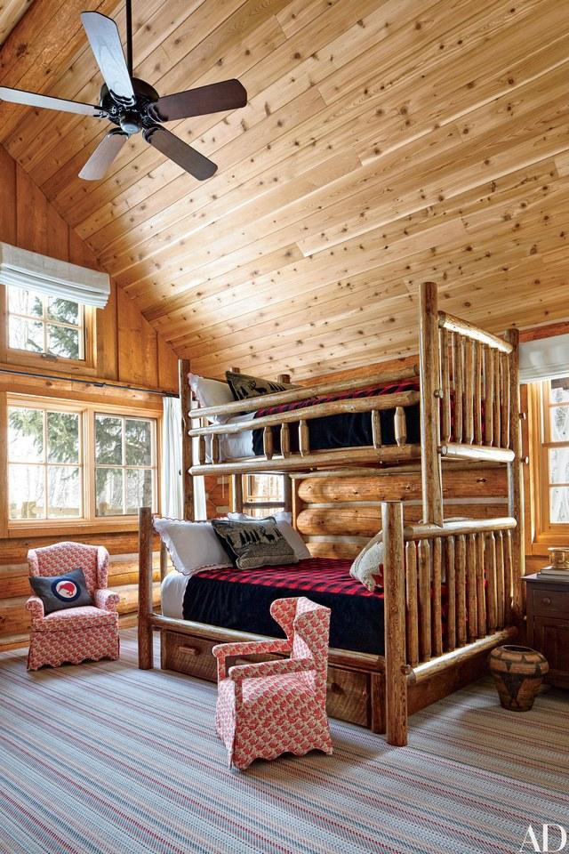 غرفة نوم بجدران خشبية