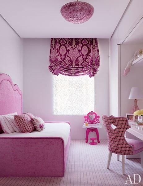 غرفة نوم صغيرة باللون البنفسجي