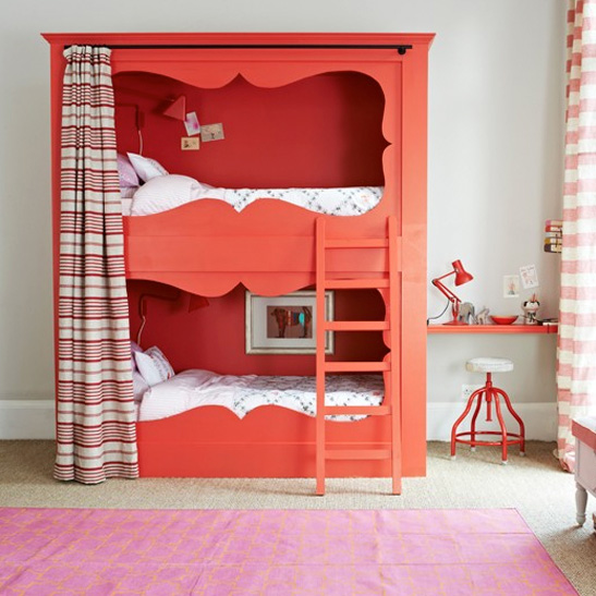 غرفة نوم مشتركة باللون الأحمر
