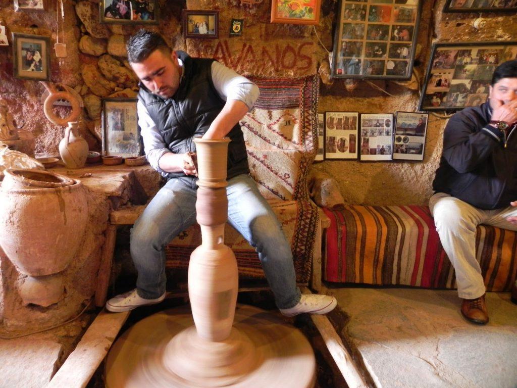 ورش تعليم الفخار بمتحف الشعر