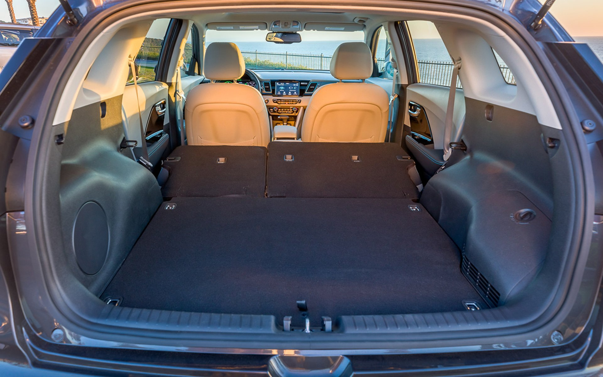 الصندوق الخلفي الواسع و الكبير للسيارة كيا نيرو 2018 الهجينة