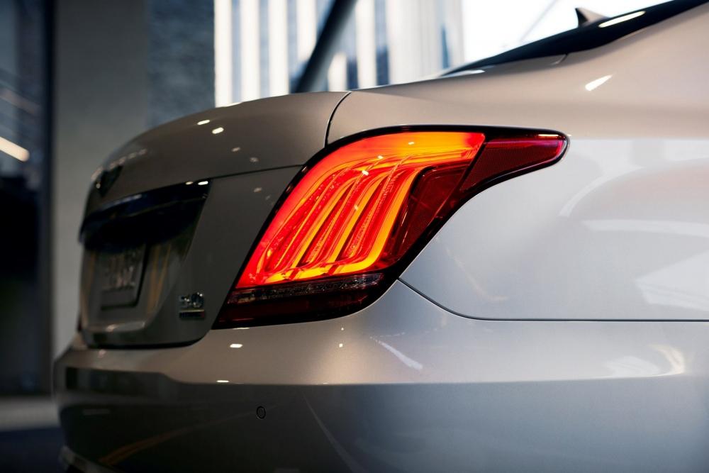 التصميم الخلفي الضخم و الاسطبات العريضة للسيارة جينيسيس G90 2018
