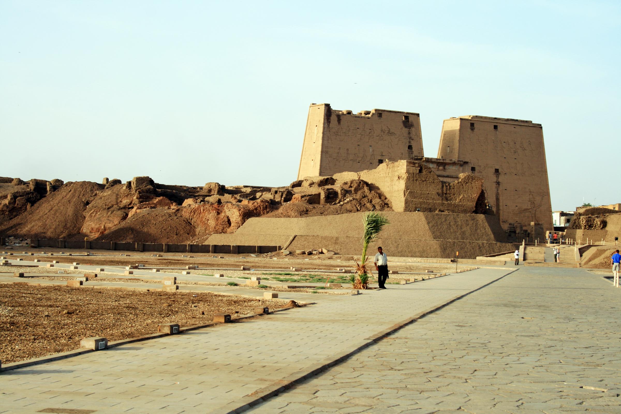 المصرية القديمة في حالة ليست بالكاملة . تاريخ بناء معبد