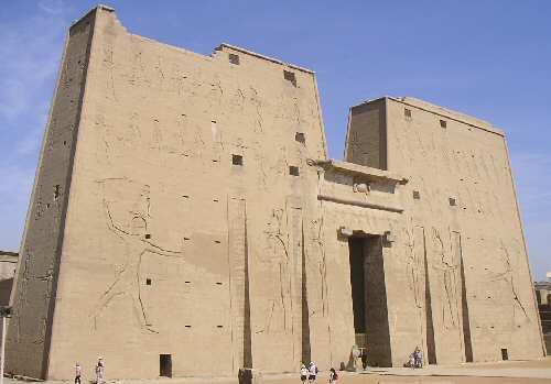 المعابد المصرية القديمة بكونه سليم أو يكاد يكون بشكله الكامل