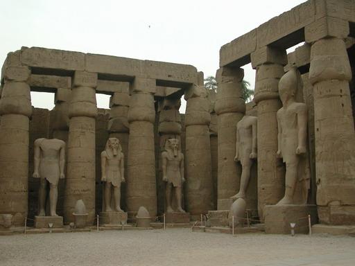 على احتوائه على مجموعة من التماثيل لهذا الإله على شكل