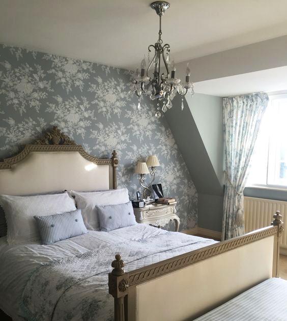 غرفة نوم باللون الرمادي الفاتح
