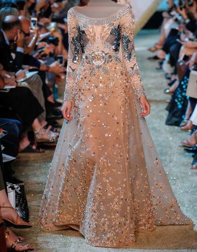 فستان باللون البني الفاتح