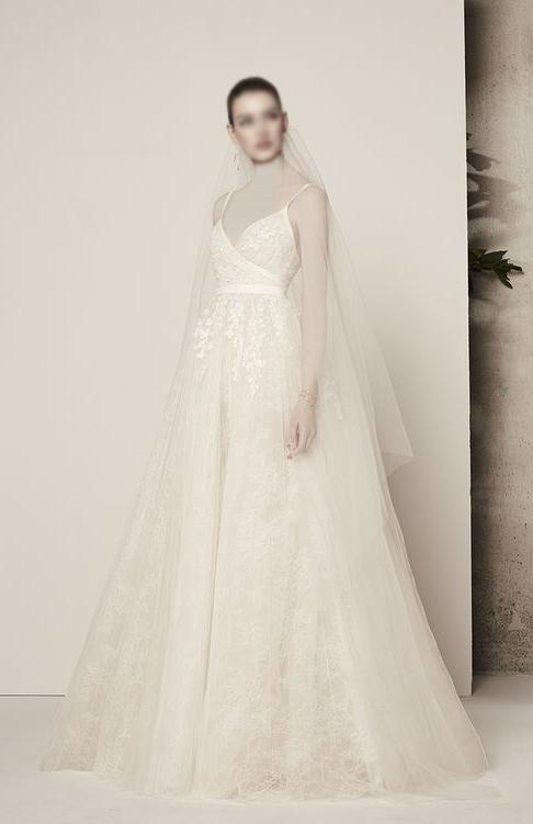 فستان زفاف ذات تصميم رقيق
