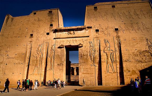 بناء معبد إدفو كانت قد اشتملت مراحل بناء هذا المعبد