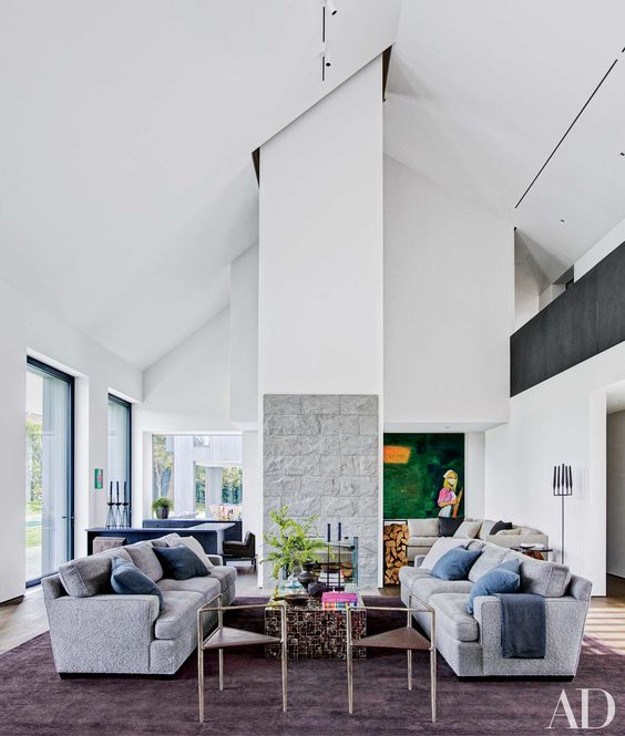 2018 Interior Decorator Cost Calculator: غرفة جلوس باللون الرمادي الفاتح و الأبيض