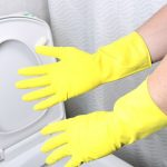 خطوات تنظيف و تعقيم المراحيض