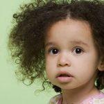 طرق طبيعية وآمنة لفرد الشعر المجعد