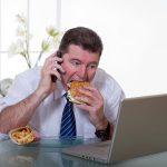 تناول الطعام سريعا يسبب هذه المشاكل الصحية ( دراسة )