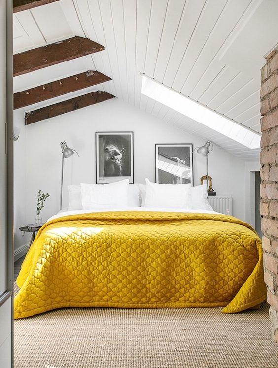 غرفة نوم باللون الابيض و الاصفر