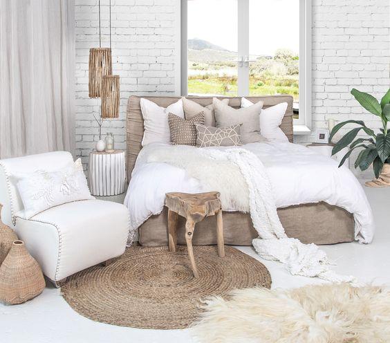 غرفة نوم باللون الابيض و البني الفاتح