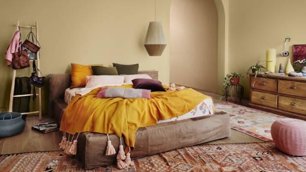 غرفة نوم باللون الاصفر و البني