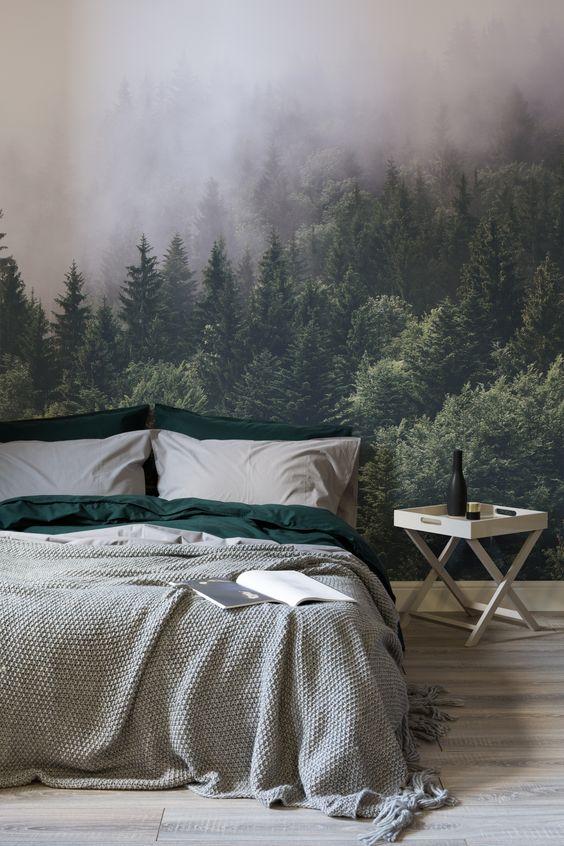 غرفة نوم لها جدران منقوشة برسمة منظر طبيعي