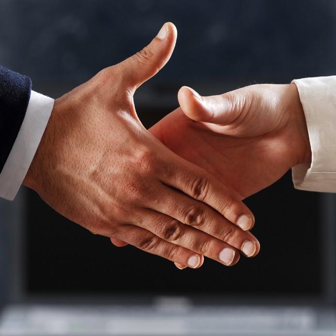معلومات عن لغة مصافحة اليد ودرجاتها بالصور المصافحة-المسيطرة-1.