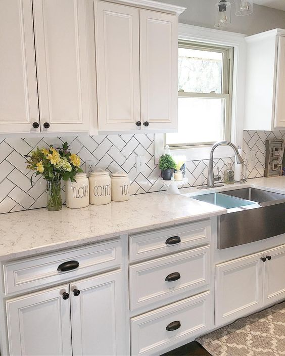 Off White Kitchen Cabinets With Light Floors: مطبخ ابيض صغير