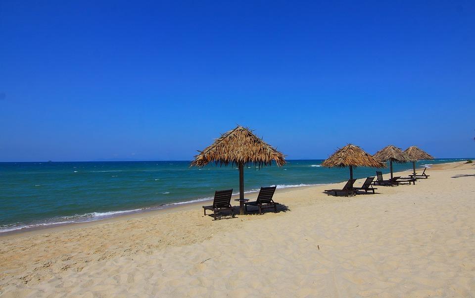 شواطئ كاستيلون: تحتوي مدينة كاستيلون دي لا بلانا على ثلاثة شواطئ رائعة، وتمتد هذه الشواطيء على ساحل البحر الأبيض المتوسط، ويوضع على جميع الشواطئ العلم الأزرق الذي يعنى أن نوعية المياه في هذه الشواطئ ممتازة، كما أنها من الشواطئ النظيفة والتي تحتوي على الكثير من الخدمات والكثير من وسائل الراحة للزوار