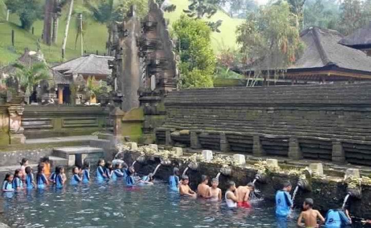 مياه التنقية والتطهير في معبد تيرتا إمبول - معبد تيرتا إمبول في بالي