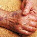 مشاكل اليدين لدى كبار السن وطرق علاجها