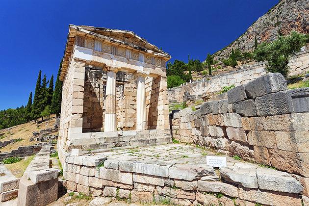 الأثينيين - مدينة دلفي اليونانية