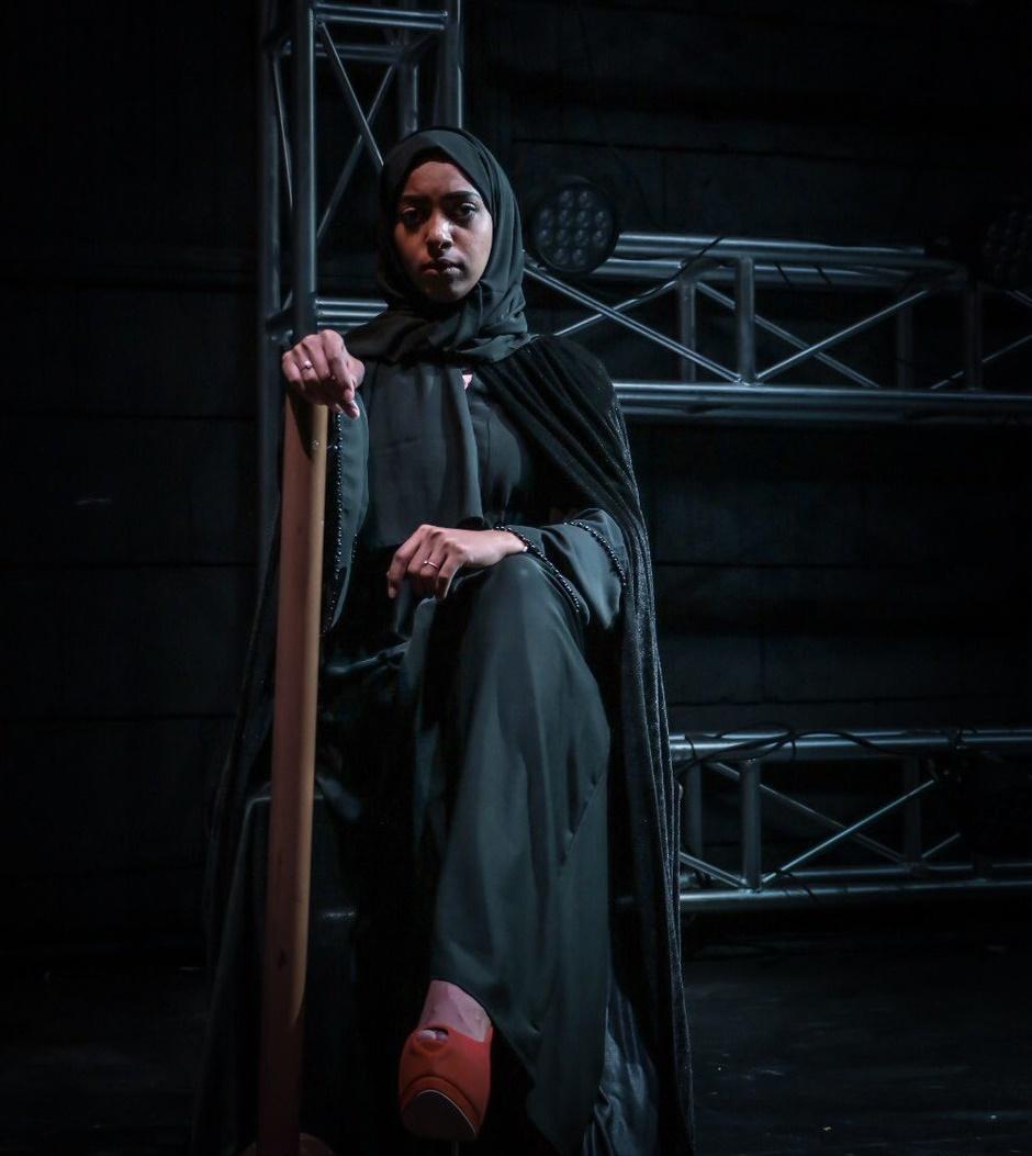 """صور """" حياة الإمبراطور """" أول مسرحية مختلطة في المملكة"""
