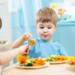 حيل ذكية لجعل الطفل يتناول الخضراوات والفاكهة