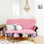 اللون الروز يزين أشكال غرف المعيشة