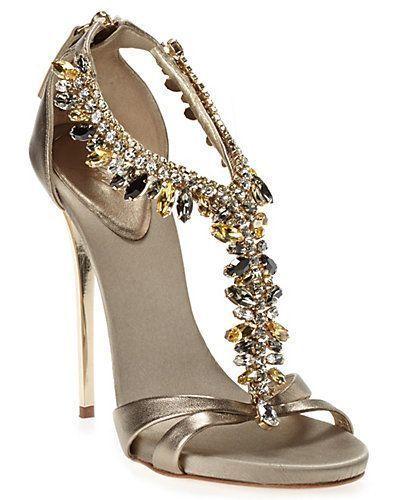 الفصوص والتطريزات تزين أحذية عام حذاء-اكسيد.