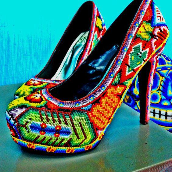 حذاء برسوم متعددة