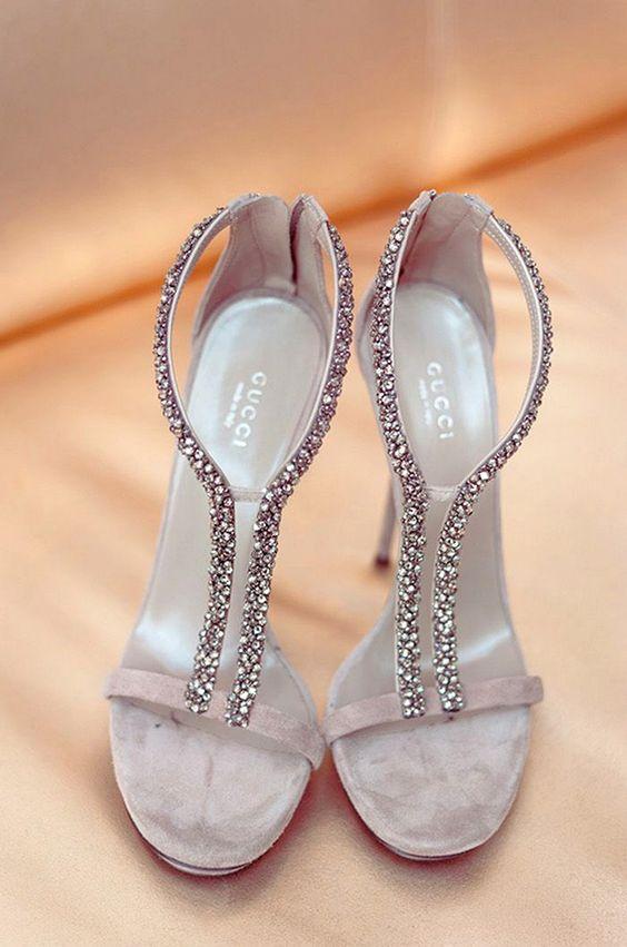 الفصوص والتطريزات تزين أحذية عام حذاء-فضي.jpg