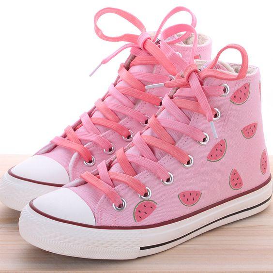 الرسوم الملونة تزين الأحذية الفلات