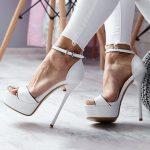 تشكيلة من الأحذية السواريه باللون الأبيض