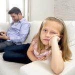 استخدام الوالدين للهواتف يزيد من إحباط وغضب أطفالهم