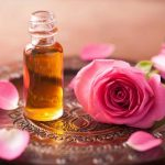 فوائد زيت الورد لعلاج حب الشباب