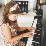 العلاقة بين تعلم البيانو وتحسين المهارات اللغوية قبل الروضة